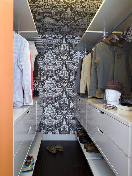 A simple Minimalist Walk In Closet